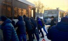 Пассажиры самостоятельно вытолкали автобус, застрявший на остановке